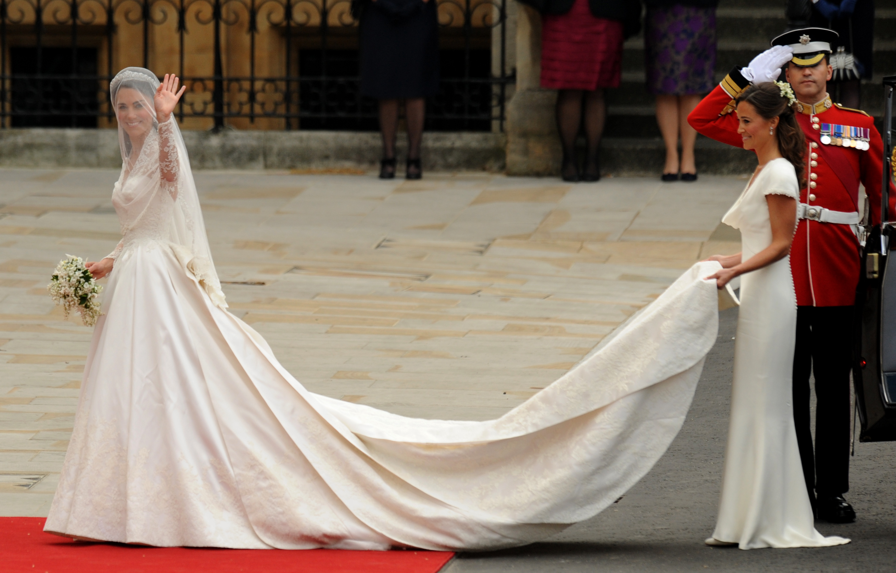 kate middletons wedding dress essay The wedding dress was designed by sarah brunton catherine middleton has followed her own taste, a v-neck décolleté and a silhouette that stayed close to.