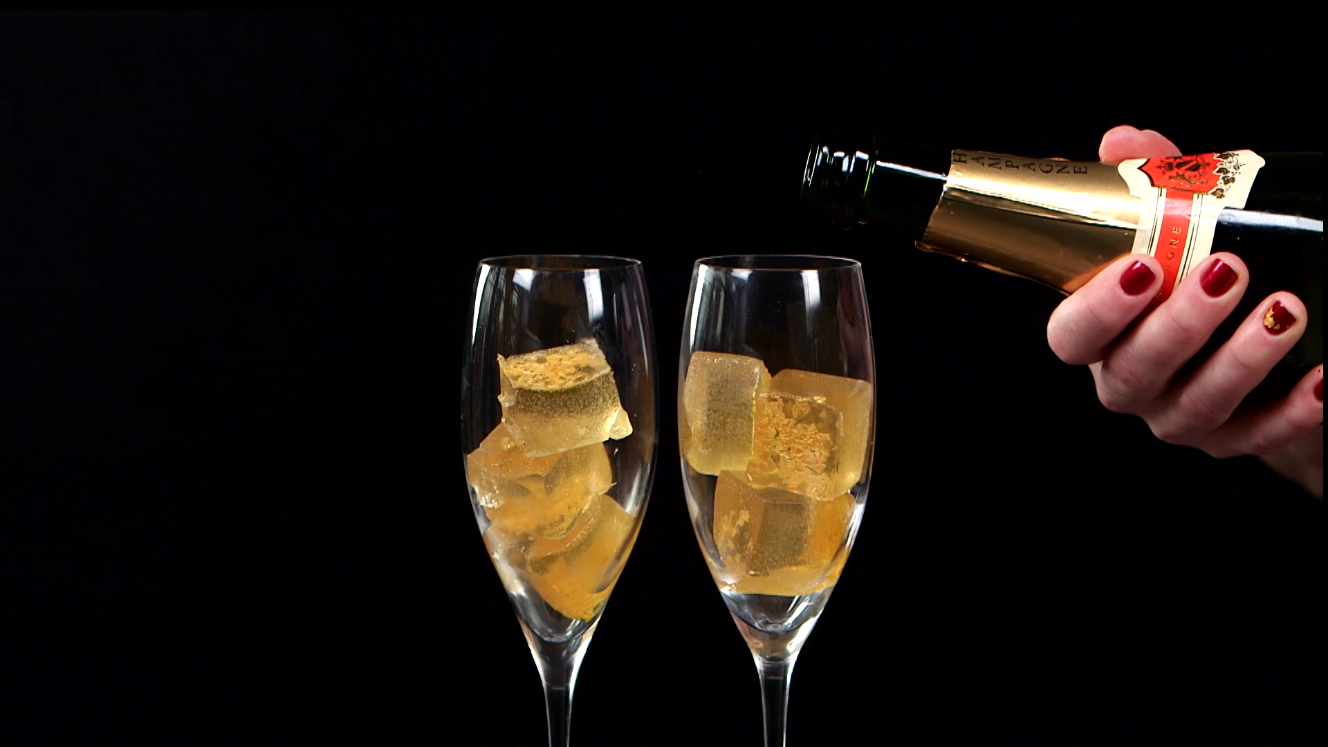 """Ring in your NYE party with classy AF champagne """"jello"""" shots drenched in gold"""