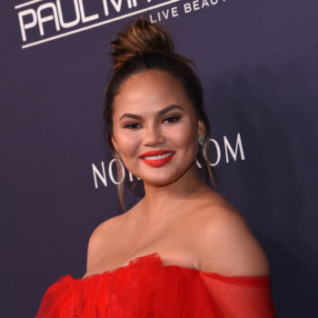 Chrissy Teigen wants everyone to know how magical eyelash extensions are