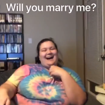 """This guy proposed to his girlfriend using the """"Heads Up!"""" party game app, and you will cry"""