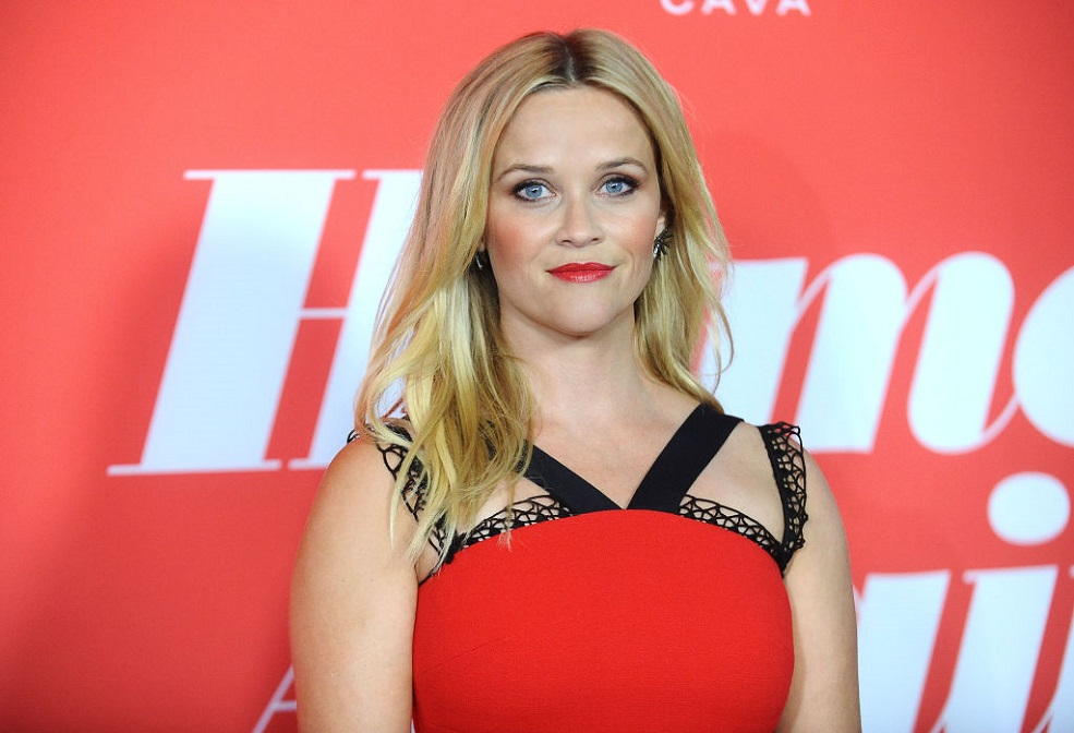 Reese Witherspoon looks like she has three legs in this Photoshop fail