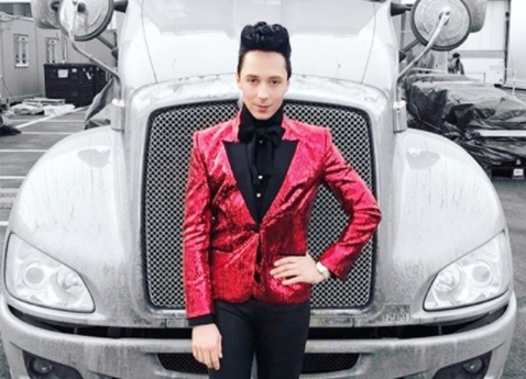 "Twitter thinks Johnny Weir's outfit is straight from ""The Hunger Games,"" and the odds are definitely in his favor"