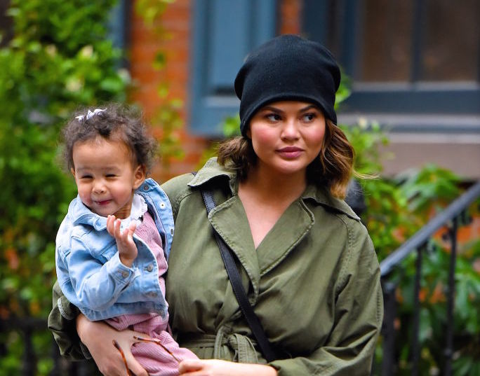 Chrissy Teigen gave no effs when replying to someone who said she and John Legend shouldn't carry their daughter