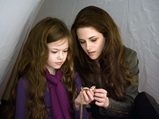 "Kristen Stewart reunited with her on-screen daughter, and it's making us miss ""Twilight"" something fierce"