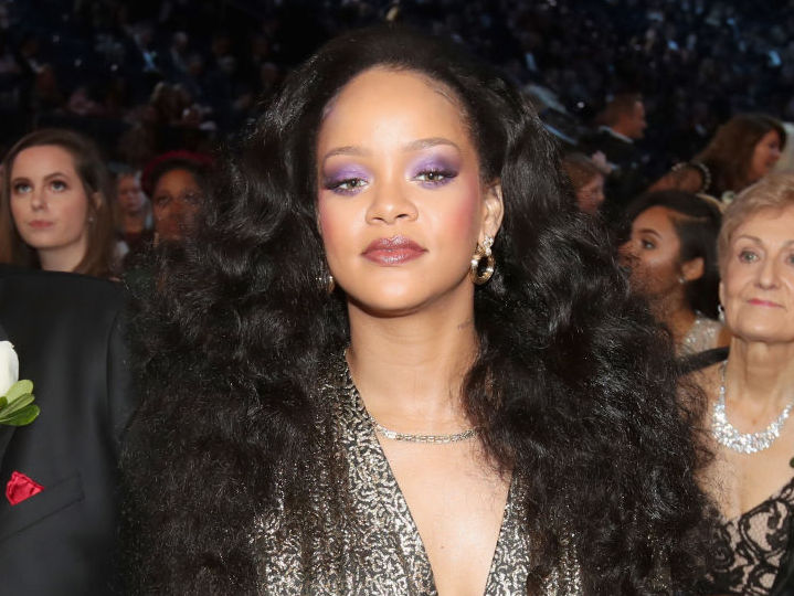 Rihanna just became the first female artist to reach 2 billion streams on Apple Music, and she should definitely take a bow