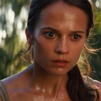"""A sexist """"Tomb Raider"""" review said that Alicia Vikander wasn't curvy enough (AGAIN), and Twitter has gathered pitchforks"""