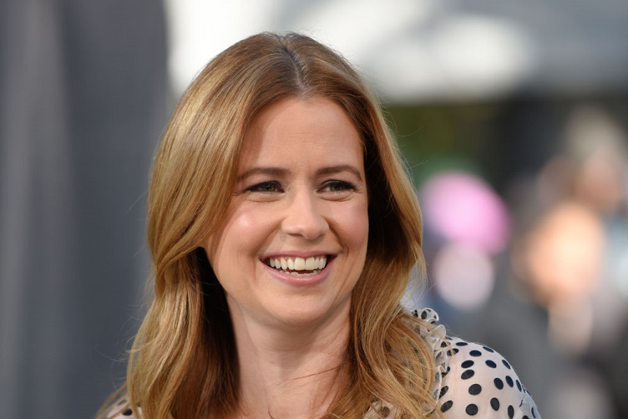 """Jenna Fischer wore a towel on """"Jimmy Kimmel"""" last night due to a wardrobe malfunction, and bless"""