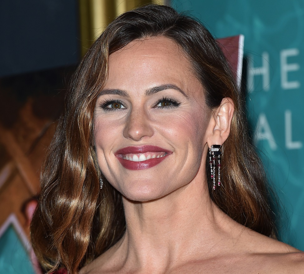 Jennifer Garner just rocked a 12-foot scarf her daughter made her, because that's #MOMLIFE