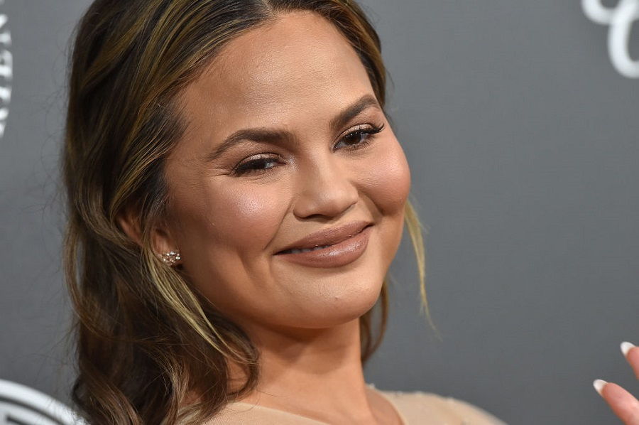 Chrissy Teigen's tweet about John Legend's Billboard appearance calls out the inherent sexism in mom-shaming