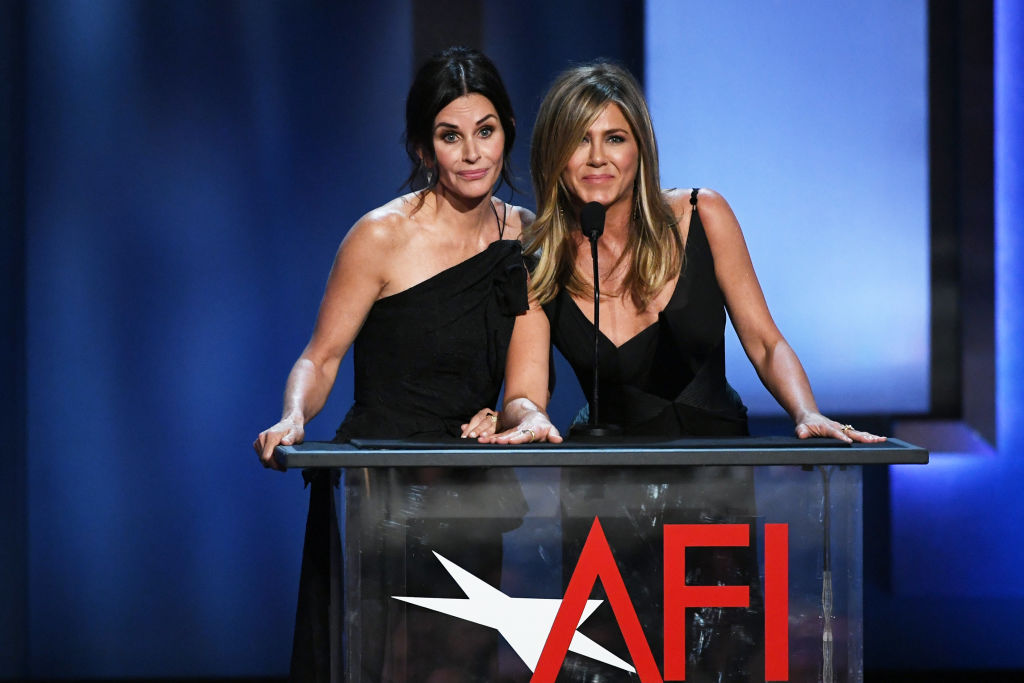 Jennifer Aniston and Courteney Cox paid tribute to George Clooney by singing the <em>Friends</em> theme song, and Phoebe would be proud