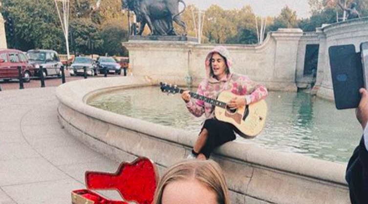 Justin Bieber serenaded Hailey Baldwin outside of Buckingham Palace, and this looks like something out of a romance novel