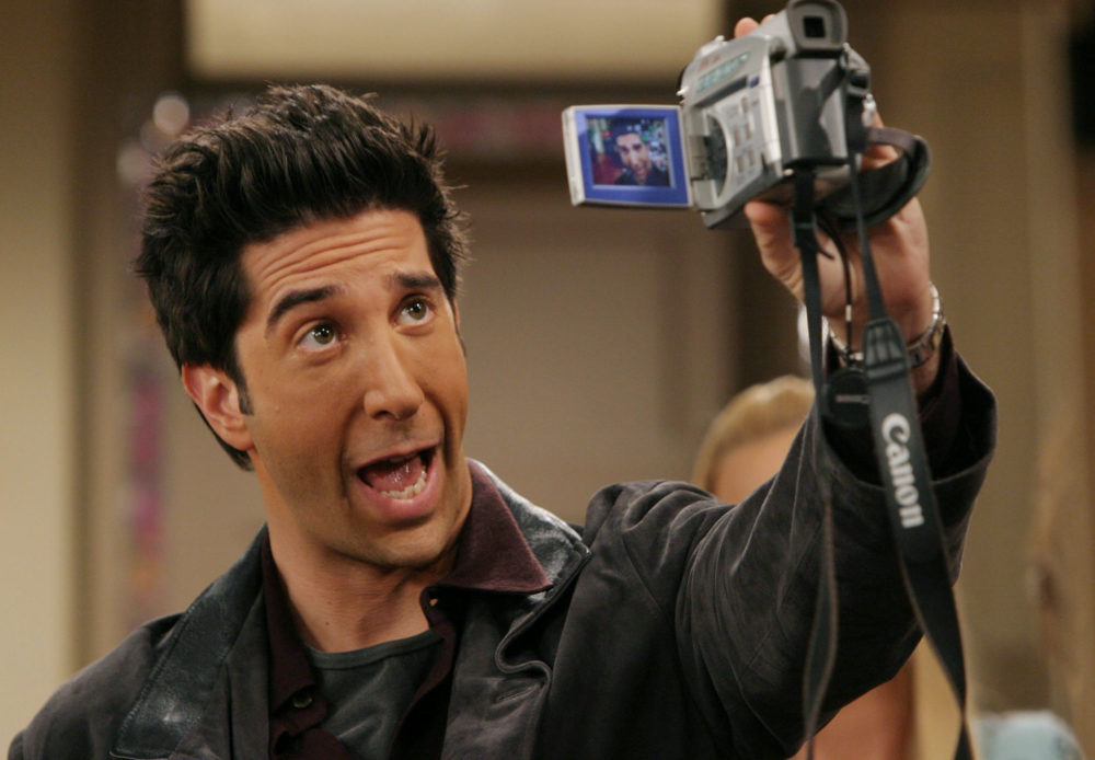 "David Schwimmer recreated the whole ""beer thief"" incident in an epic Insta video"