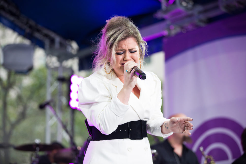 Twitter is losing it over Kelly Clarkson's Macy's Day Parade performance—here's why