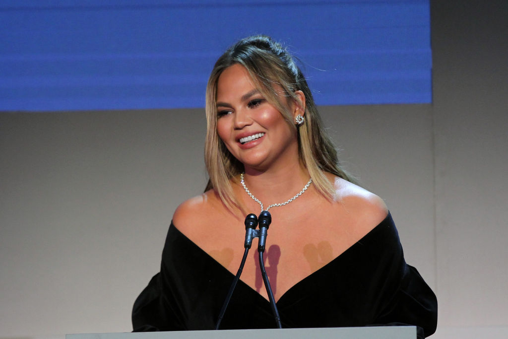 Chrissy Teigen getting poked in the eye with an umbrella is the first meme of 2019