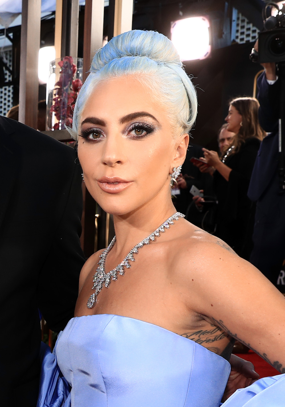 Lady Gaga Blue Hair And Dress 2019 Golden Globes Hellogiggles