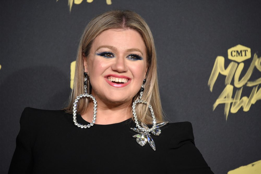 Kelly Clarkson had the most perfect response when someone mistook her for a seat filler at the ACM Awards