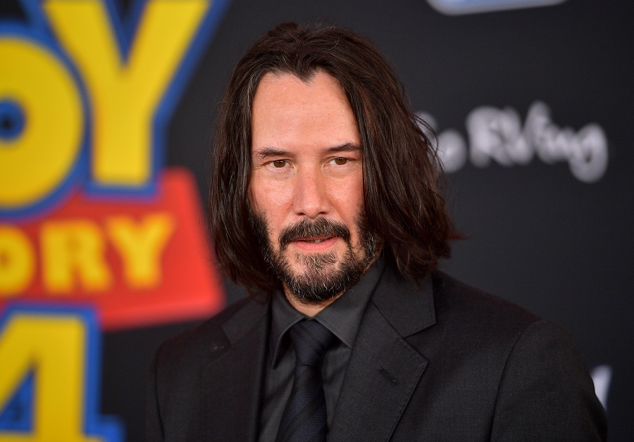 Keanu Reeves does this when taking photos with women, and it's just another reason he's our internet boyfriend