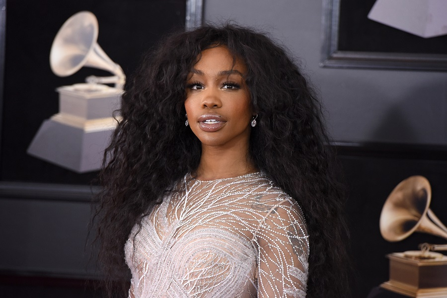 "SZA's new ""messy pink hair"" is giving us life this summer"