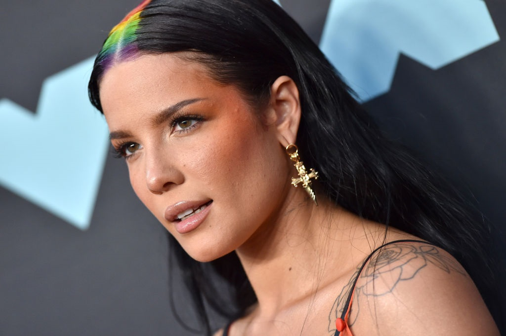 Halsey gave us a glimpse of her natural curls, and more of this please