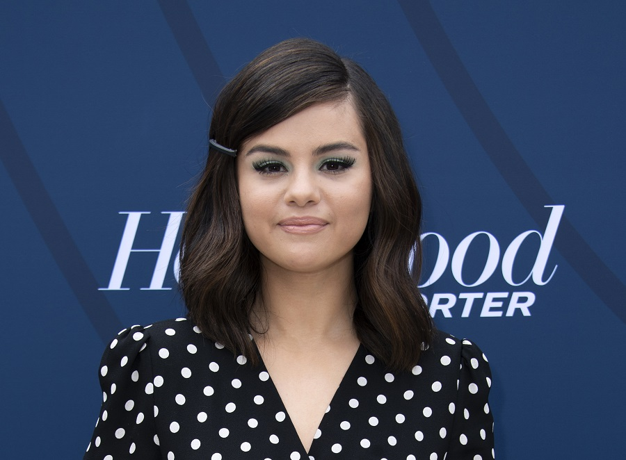 Selena Gomez showed off her naturally curly hair in a lob, and it's total fall #hairgoals