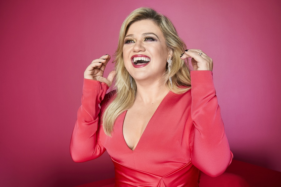 """Kelly Clarkson Joked That She """"Ruined Christmas"""" With Her New Song - HelloGiggles"""