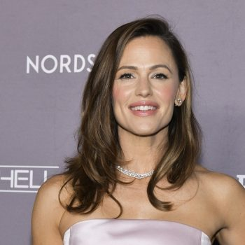 Our favorite troop leader Jennifer Garner is giving away Girl Scout cookies again