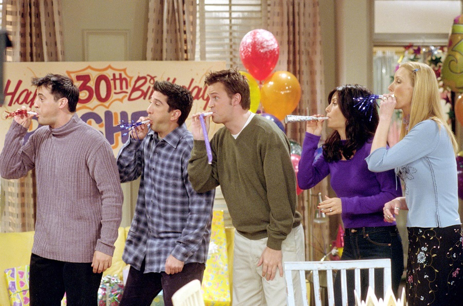 Courteney Cox surprised a young <em>Friends</em> fan with one of Chandler and Joey's favorite things